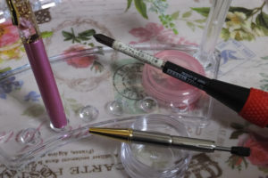 ハーバリウムボールペン 芯の交換「芯の頭を左に回し、元の芯を引き抜く」